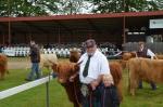Ventetid uden for ringen til landskuet medens tyrene bedømmes, forest er det Hirse, Preben Koch og barnebarnet Melanie Koch Sørensen foddermester nr. 2